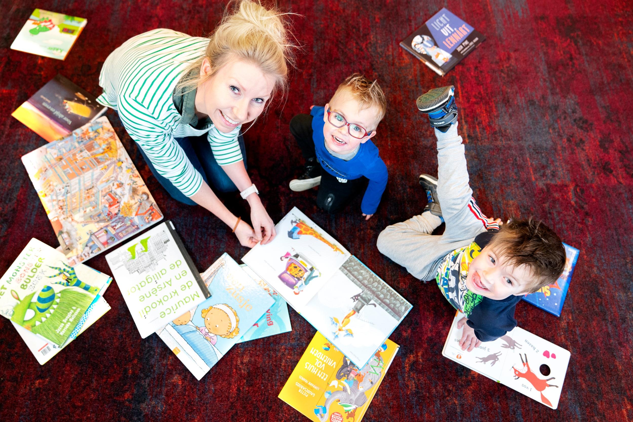 Moeder met kinderen in de Bibliotheek van Uithoorn.