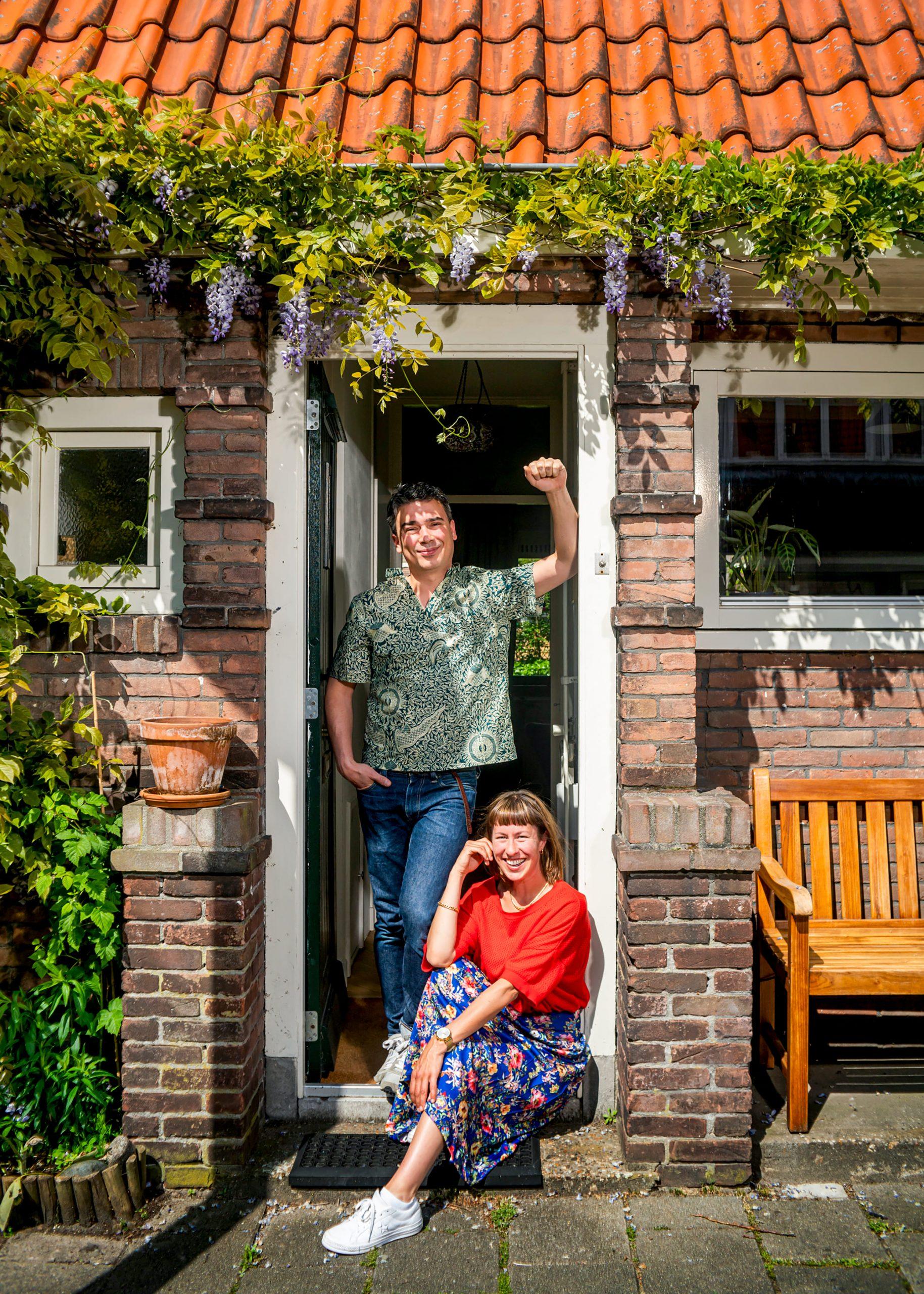 Bram en Joke voor hun woning tijdens de thuis quarantine door het Coronavirus.