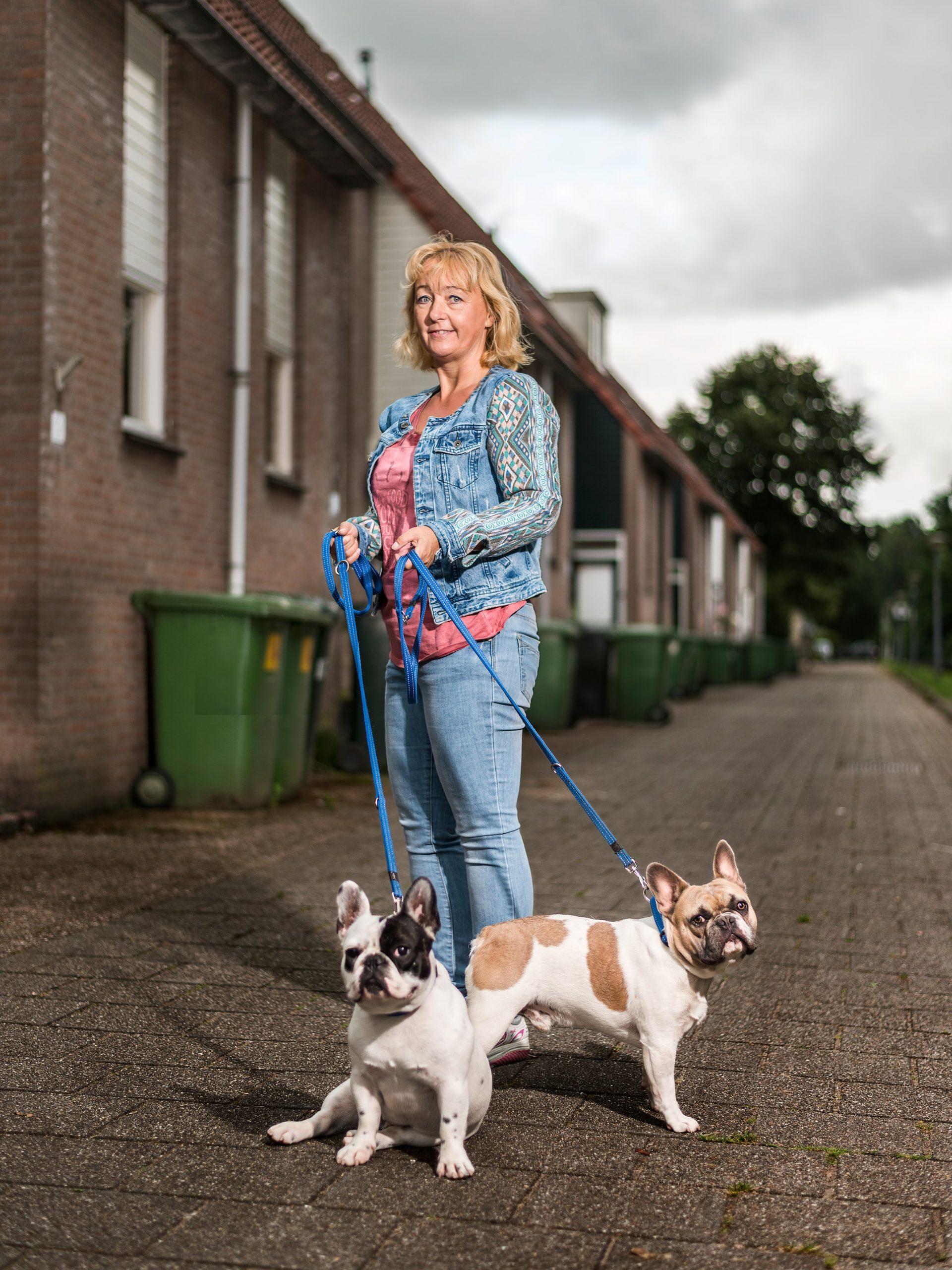 Portret van Rotterdamse baasjes samen met haar twee franse buldogs.