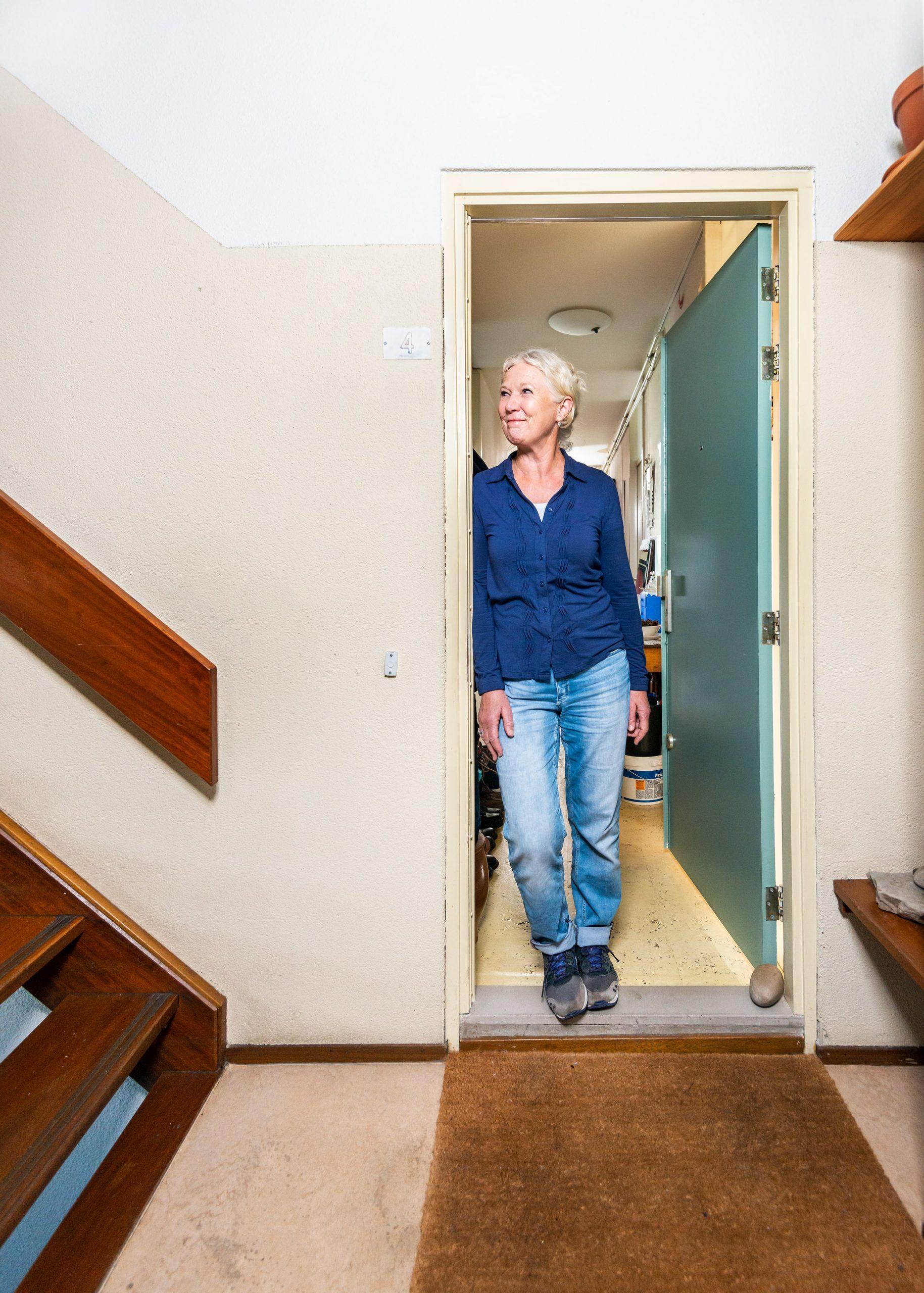 Portret van Dora Lokhoff in haar deur opening.