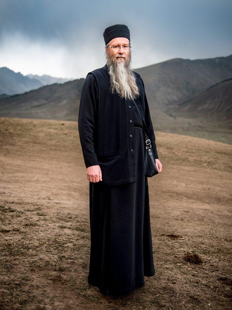 Russisch orthodoxe man in de bergen van Kyrchyn, Kirgizie.