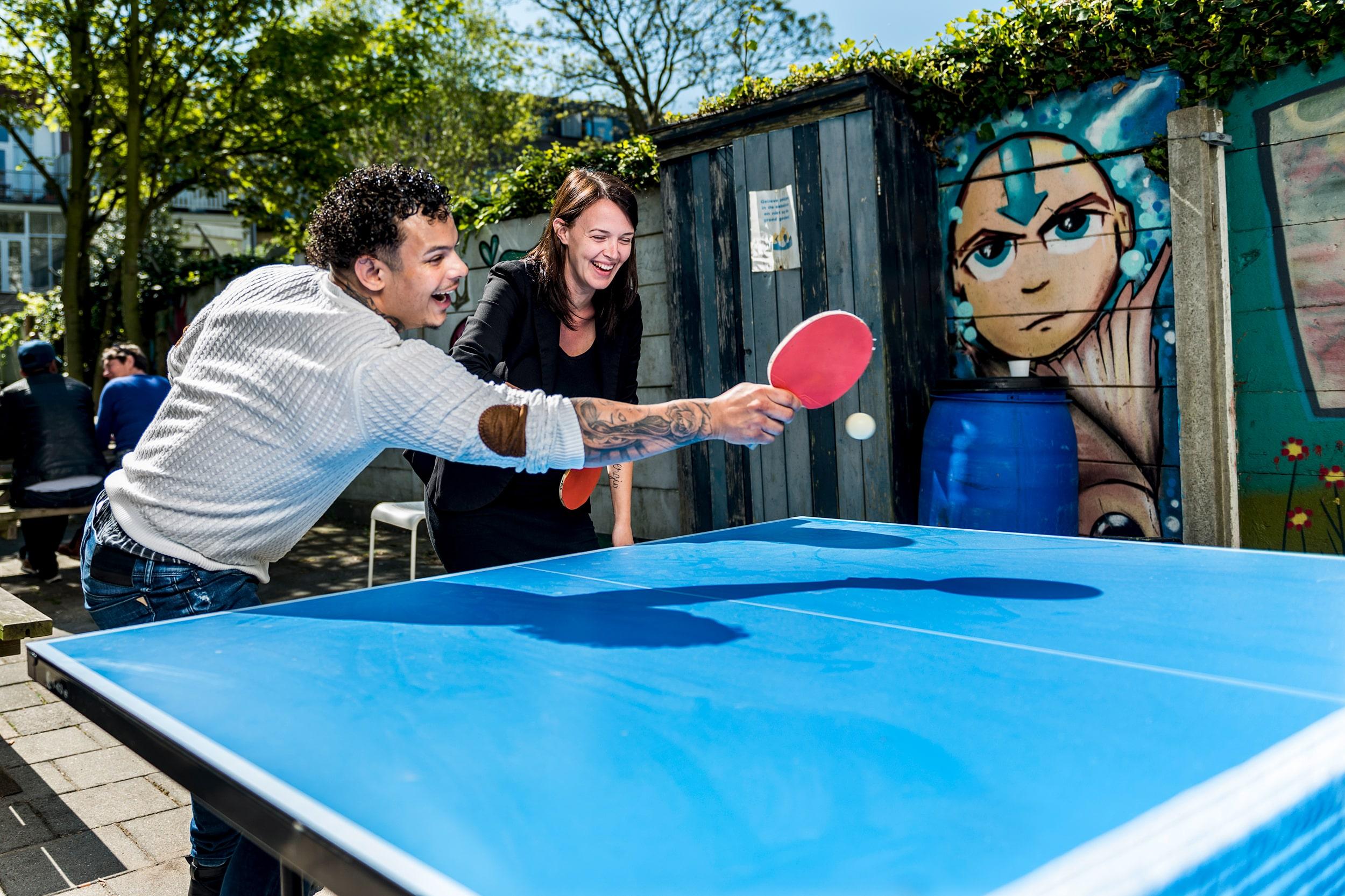 Campagne portret Sergio en Esmee die tafeltennis spelen bij de Haagse Zaak. In opdracht van Parnassia Reakt.
