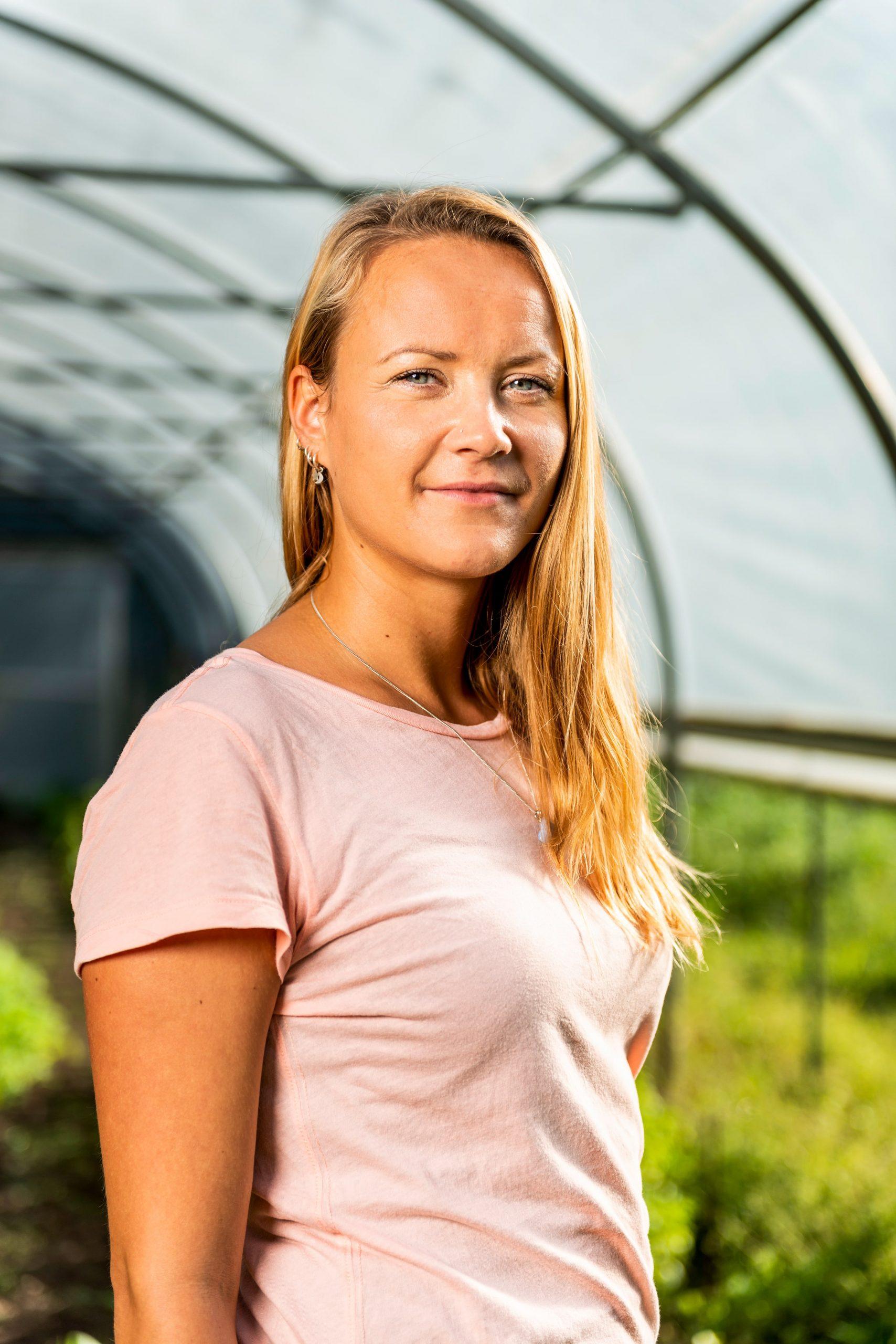 Portret vab client Susanne in de groentenkas. Fotografie in opdracht van Parnassia.