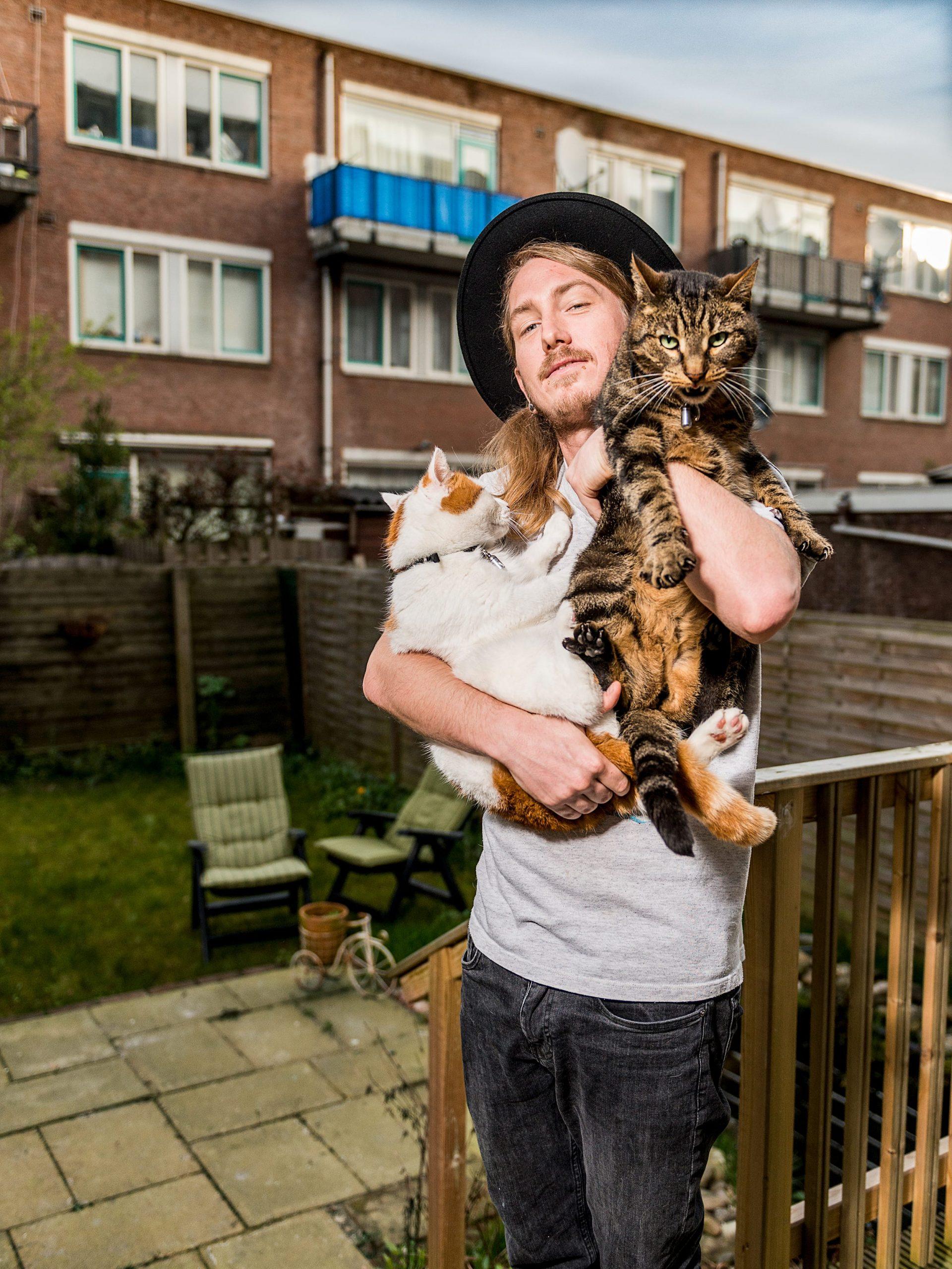 Baasje Marccel samen met zijn katten. Campagne fotografie voor Ranzijn.