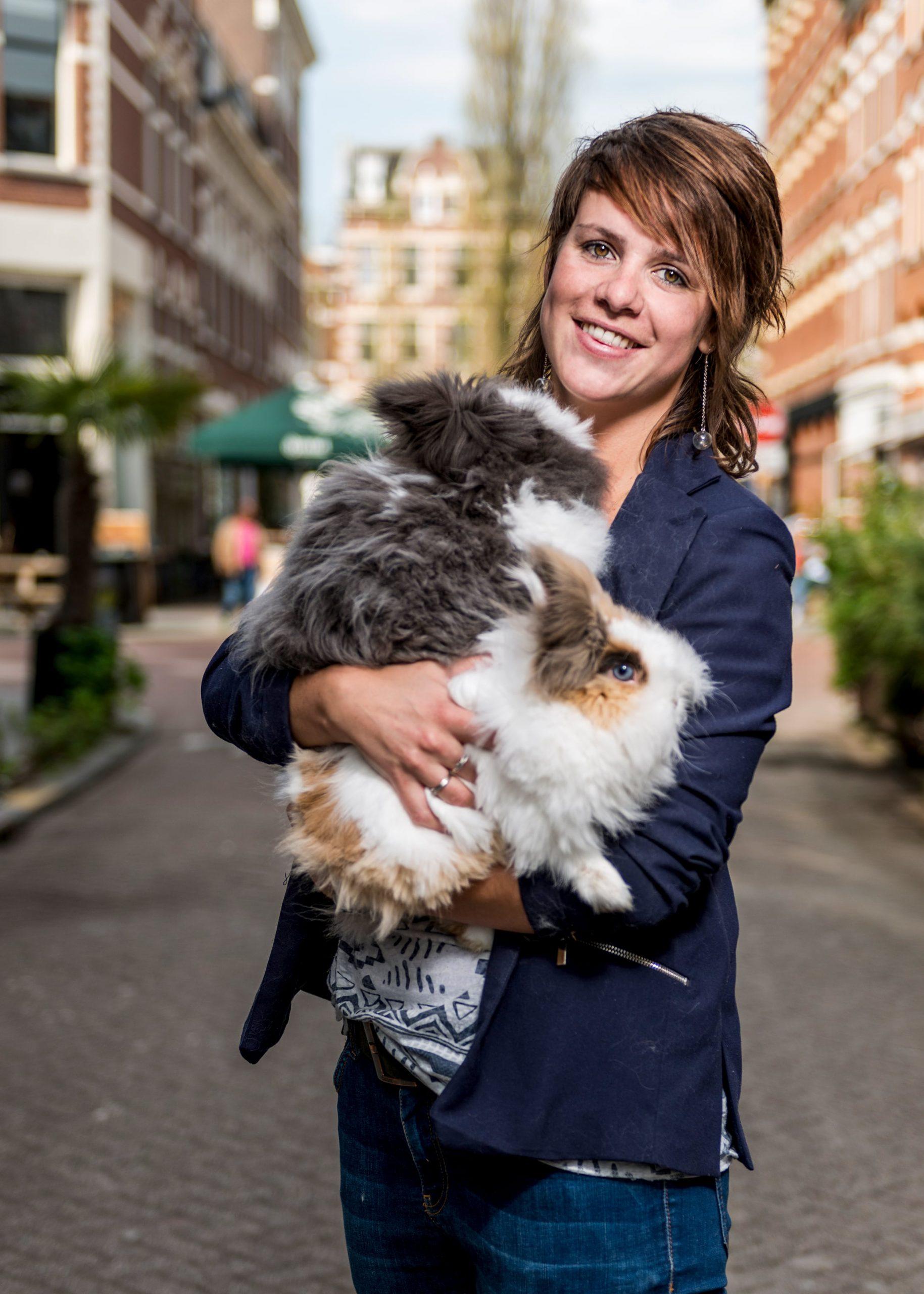 Baasje Milou samen met haar konijnen. Campagne fotografie voor Ranzijn.
