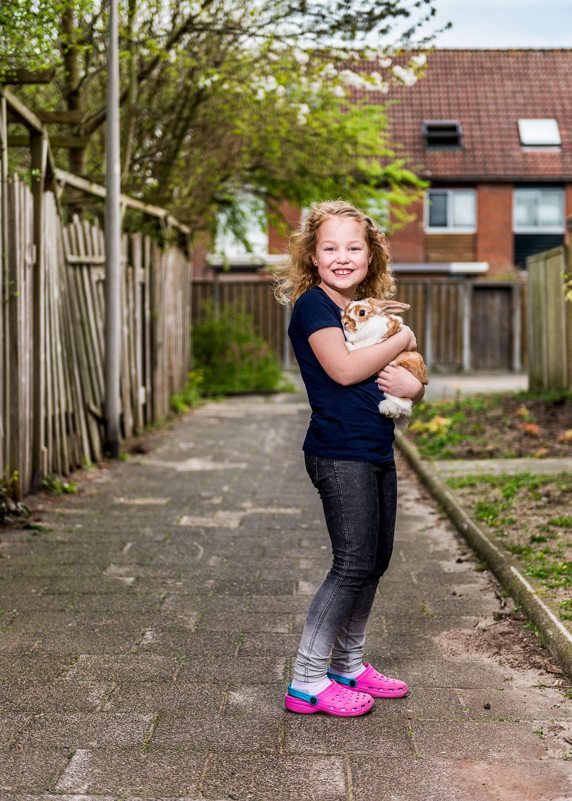 Baasje Mila samen met haar konijn. Campagne fotografie voor Ranzijn Tuin en Dier.