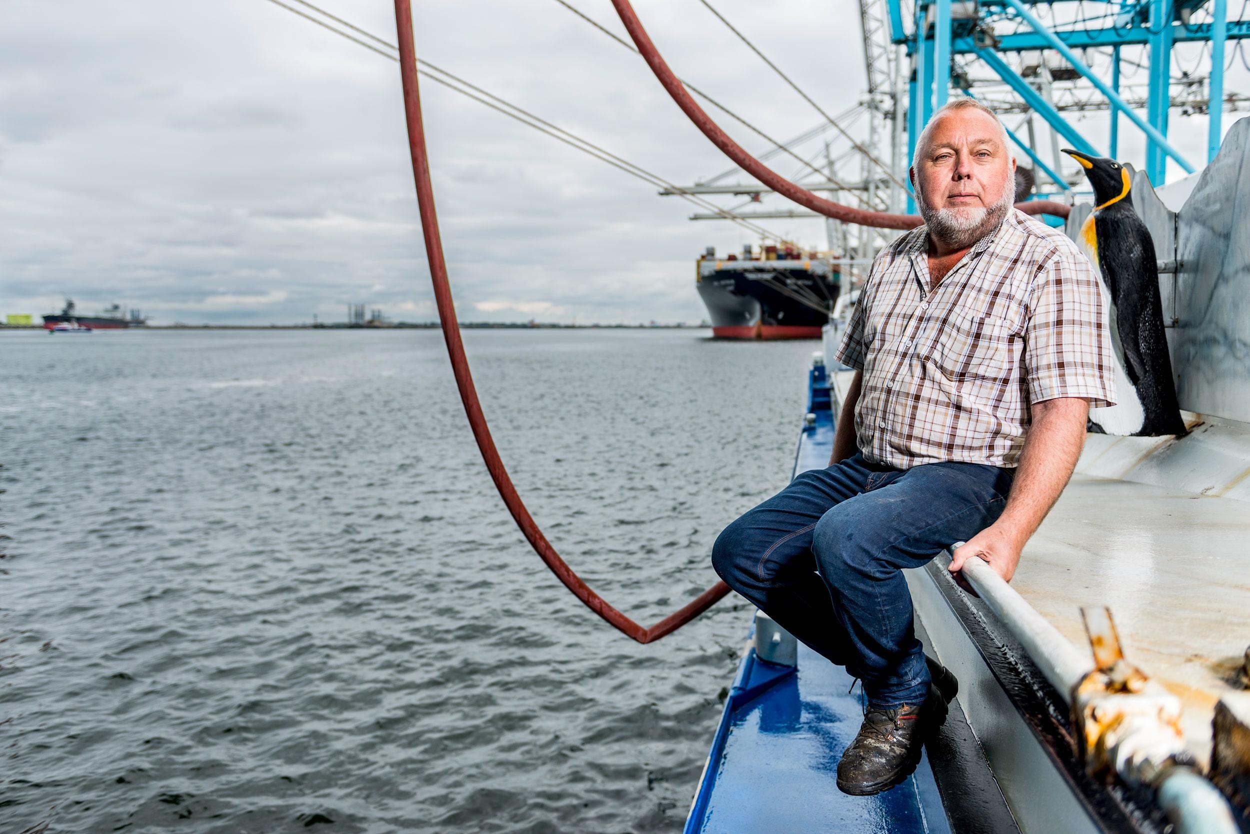 Redactoneel portret van kapitein Willem op zijn Haaibaai boot in de haven van Hoek van Holland..