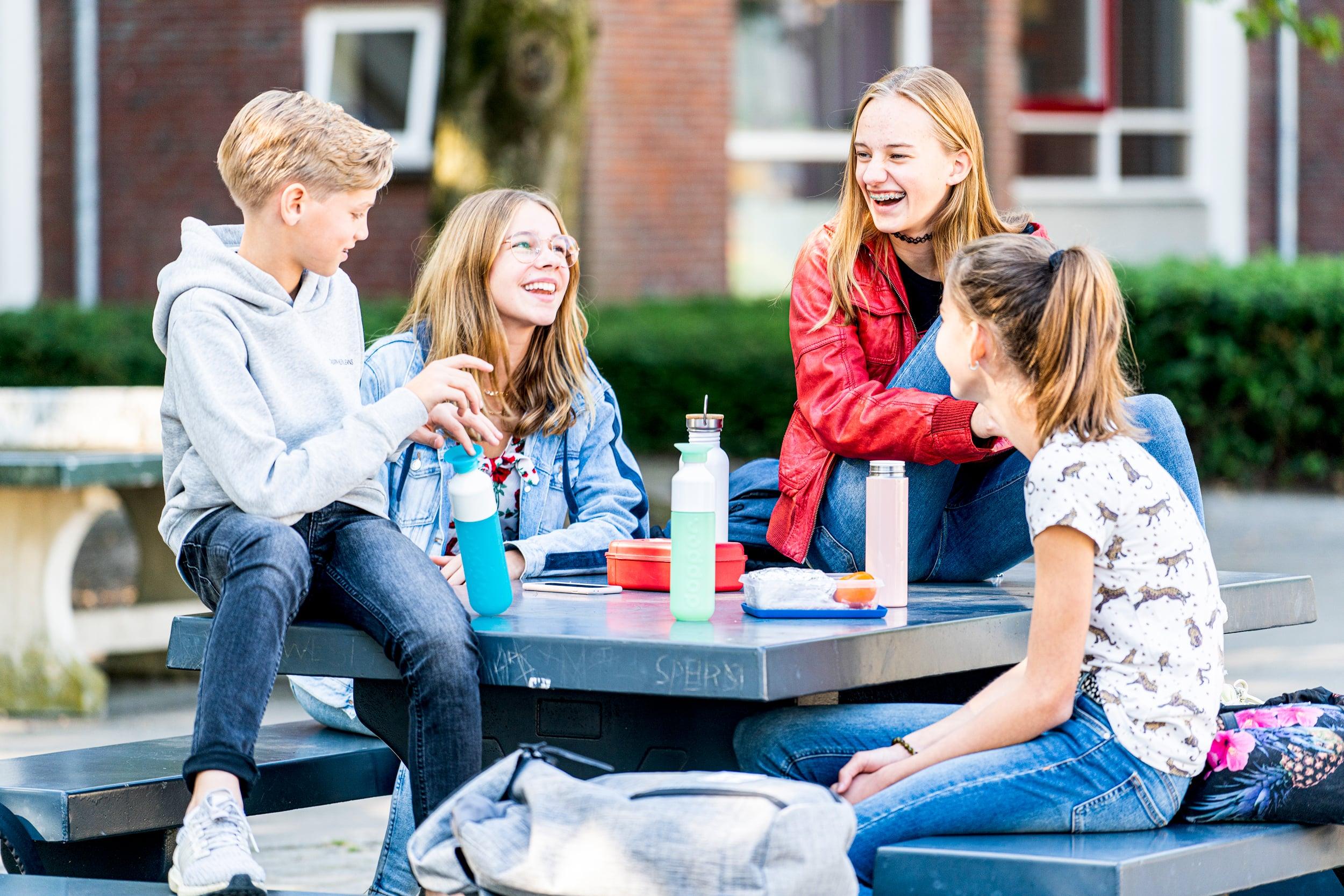 Scholieren die lunchen op het schoolplein. Campagne fotografie voor Het stedelijk Lyceum Enschede.