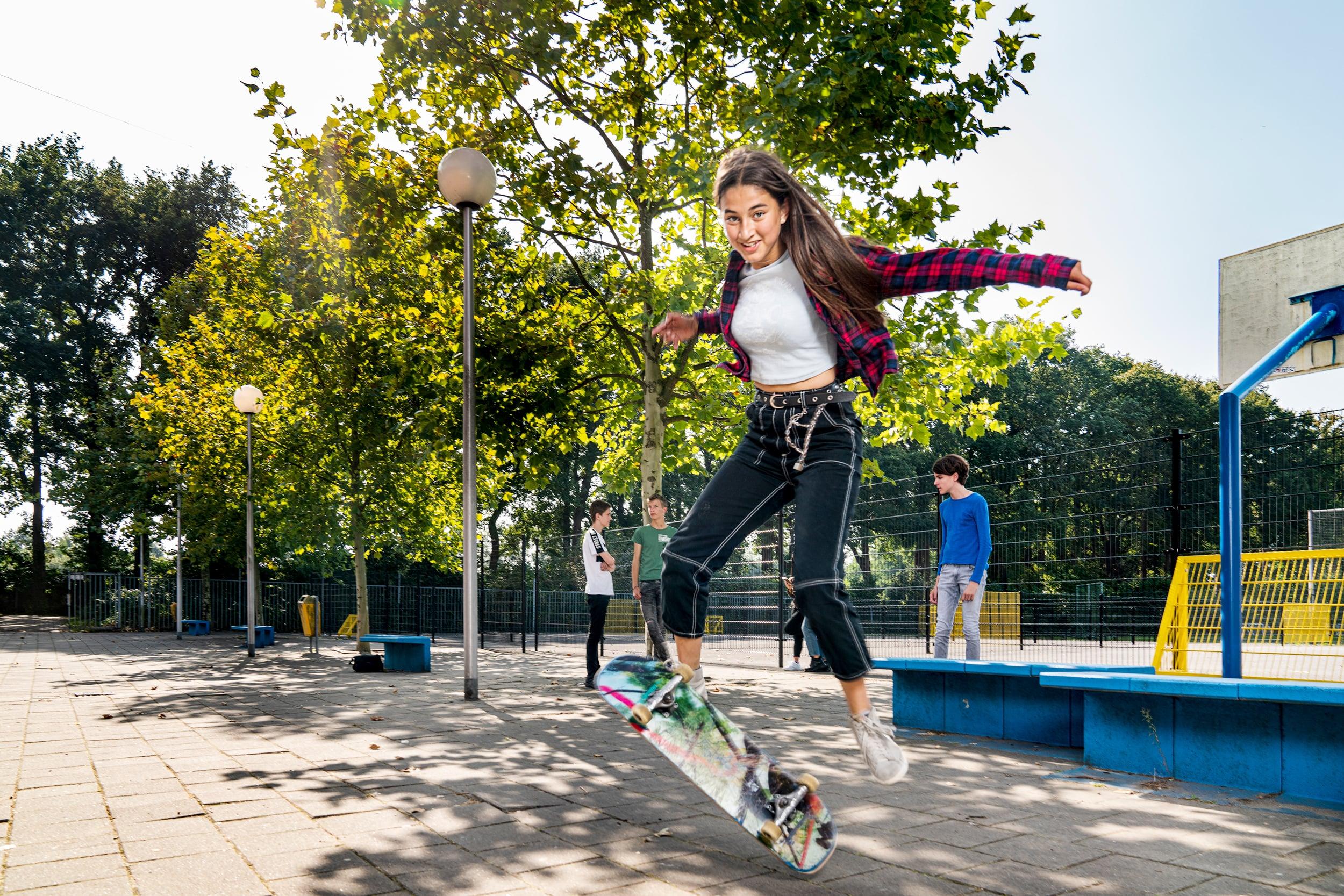 Scholiere die skateboard op het schoolplein. Campagne fotografie voor Het stedelijk Lyceum Enschede.