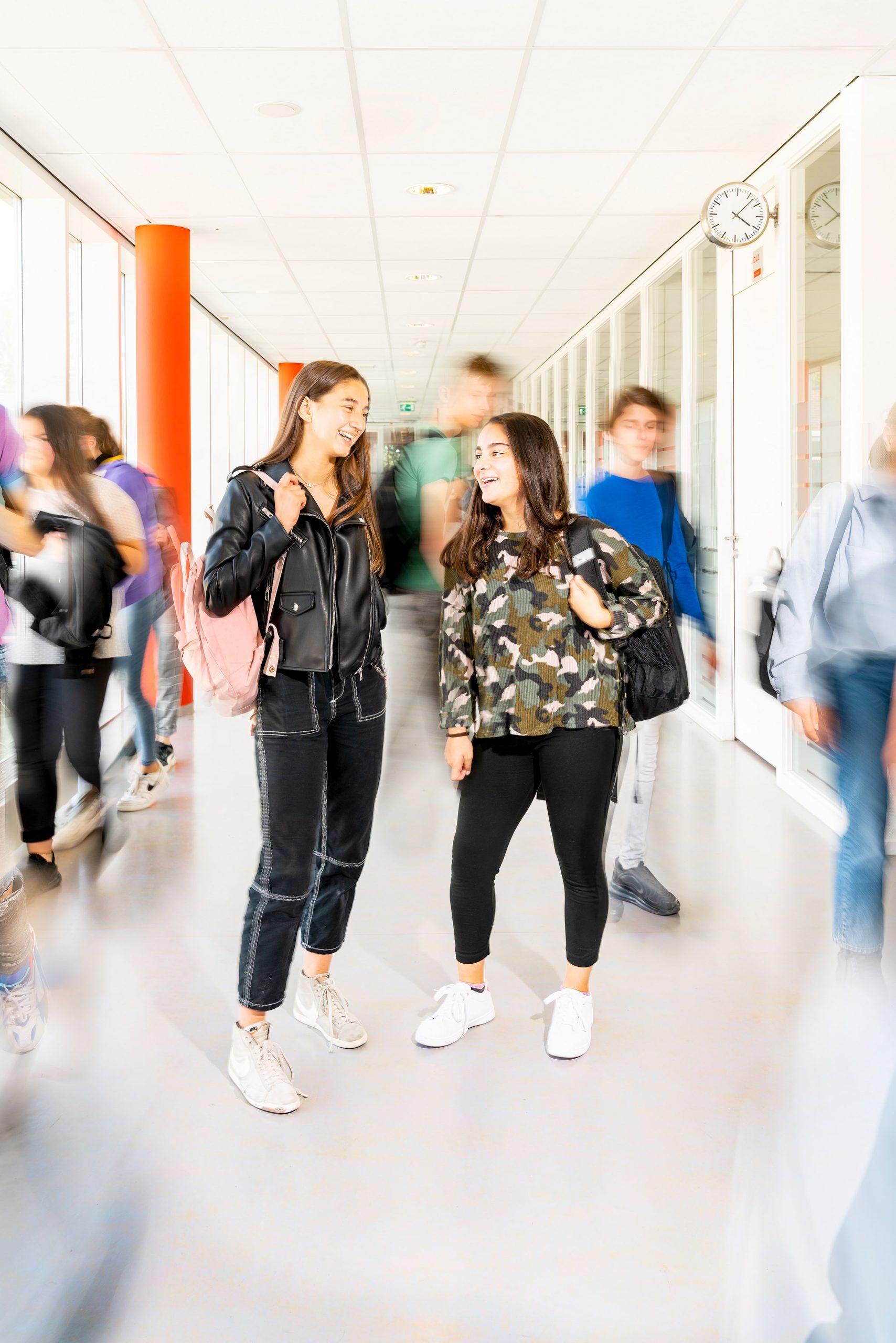 Leerlingen in de schoolgangen. Campagne fotografie voor Het stedelijk Lyceum Enschede.