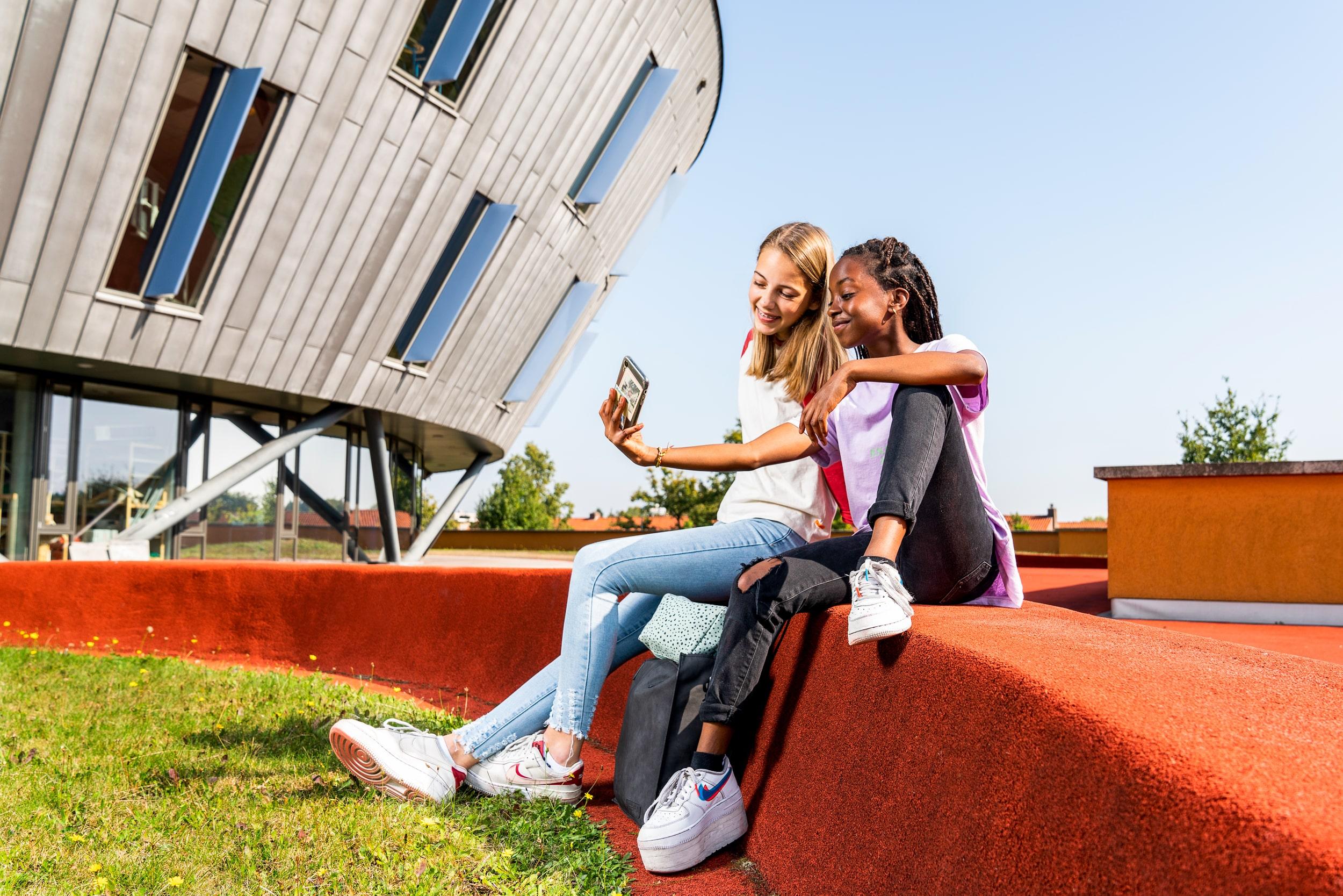 Leerlingen maken selfie op het dak van Het Stedelijk vakcollege. Campagne fotografie voor Het Stedelijk Lyceum Enschede.