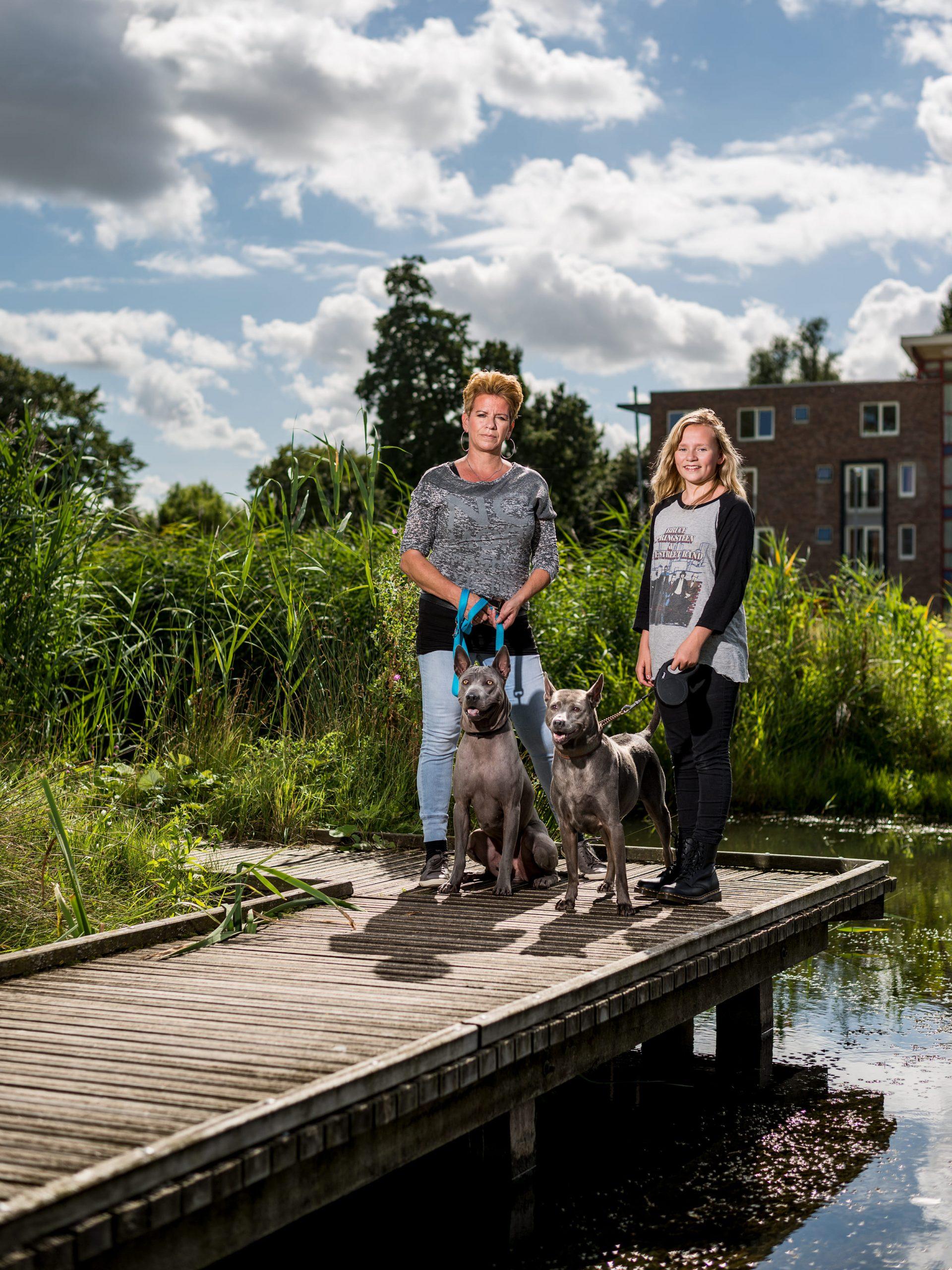Portret van Rotterdamse Thai hondeneigenaar en haar dochter.