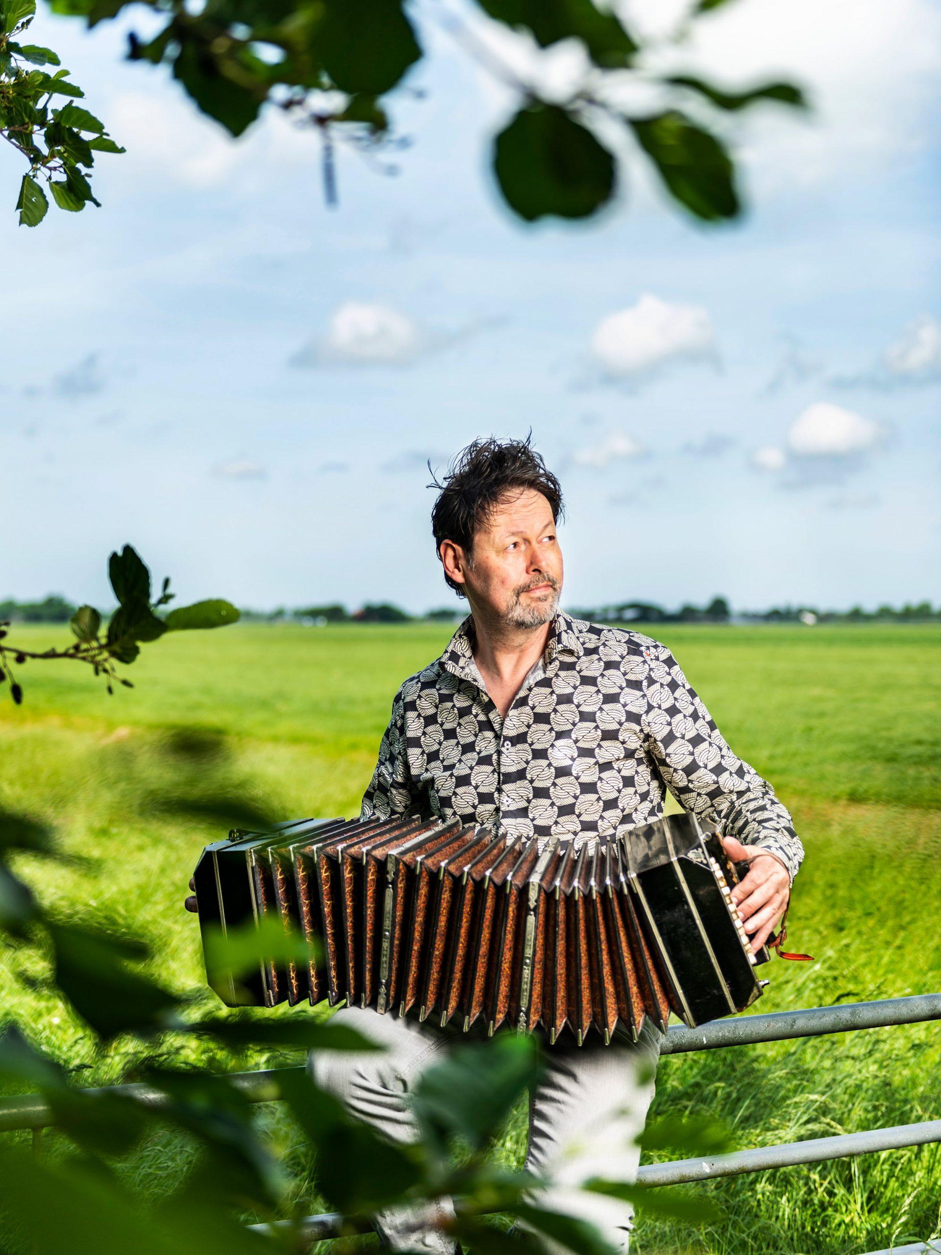 Portret van Bandoneon speler Carel Kraayenhof. Fotoshoot voor Zien Magazine