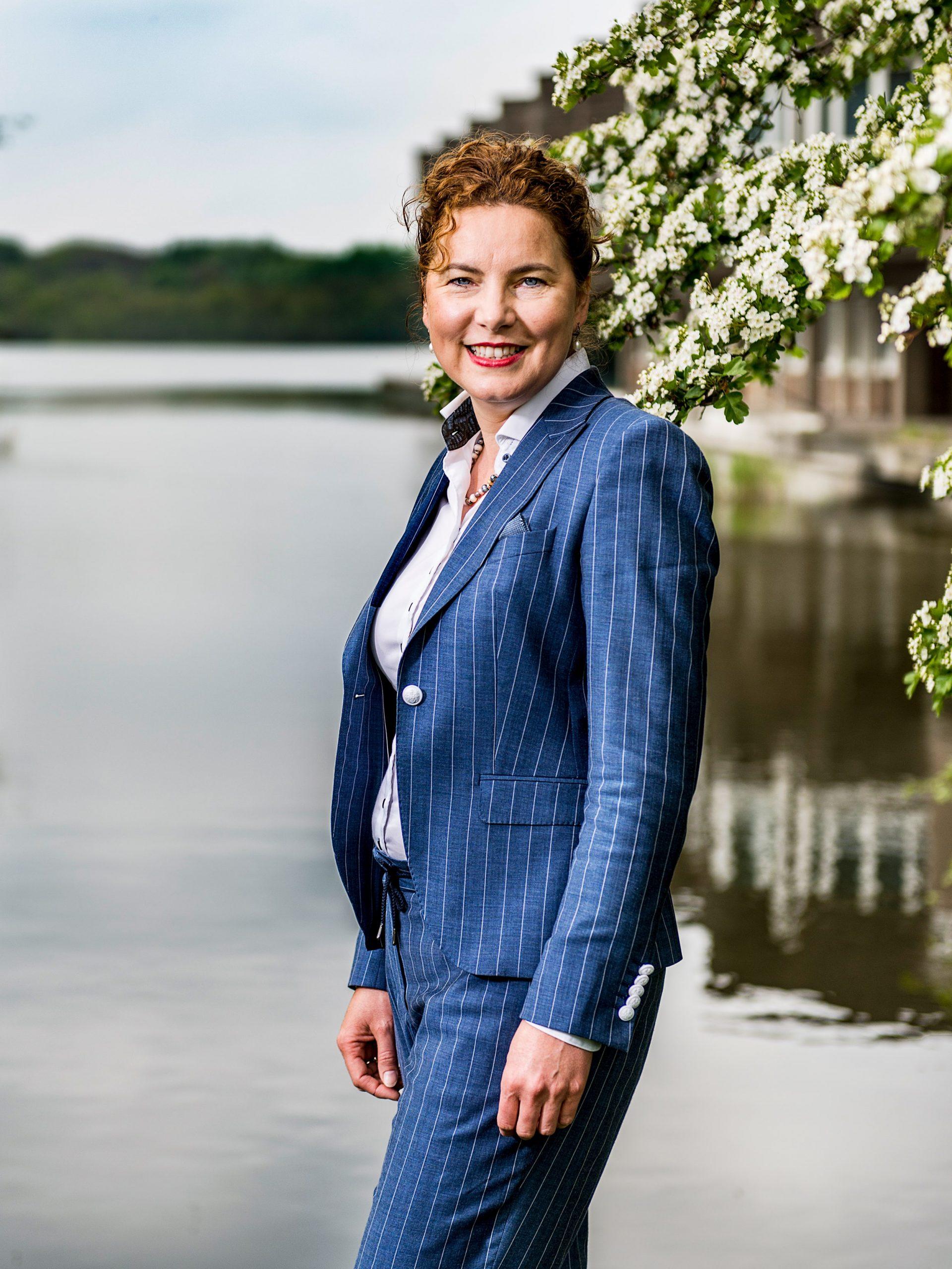 Zakelijk portret Mirjam van t Veld. Voormalig burgemeester Amstelveen.