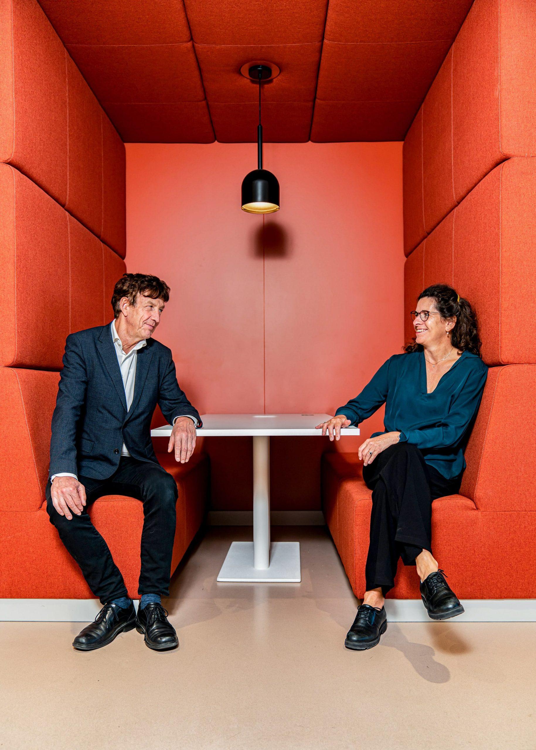 Portret van Ries Breek en Miriam Heemelaar projectmanagers bij de Gemeente Amsterdam. Fotoshoot in opdracht van woningcorporatie De key